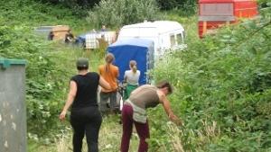 Veld bezet aan de van Broeckhovenlaan, Den Bosch. Het opbouwen van het kamp is begonnen!