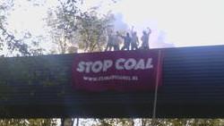 'Coal Busters' voeren actie tegen vervuilende steenkool in Westhaven van Amsterdam