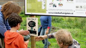 """Tuinbordje: """"gentechvrij, patentvrij en gifvrij!"""" onthuld in Voedseltuin IJplein"""